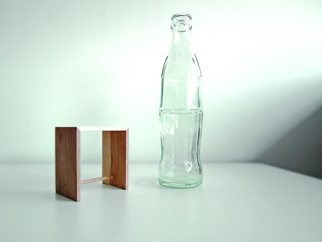 Ulmer Hocker (als Miniatur) und Colaflasche, konträre Designikonen der 1950er Jahre